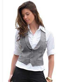 Alguns coletes jeans mais fechados podem, inclusive, ser utilizados sem uma peça de roupa por baixo, por exemplo. Já os modelos cavados ficam ótimos em combinações que vão desde saias e shorts até calças e vestidos. O comprimento dos coletes nesses materiais também pode variar.