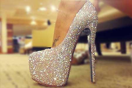 sapatos de salto com brilho