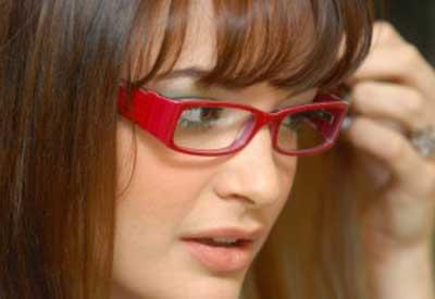 mulheres de óculos vermelho