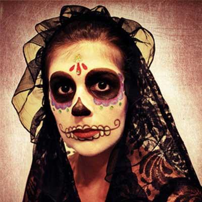 com véu e rosto pintado