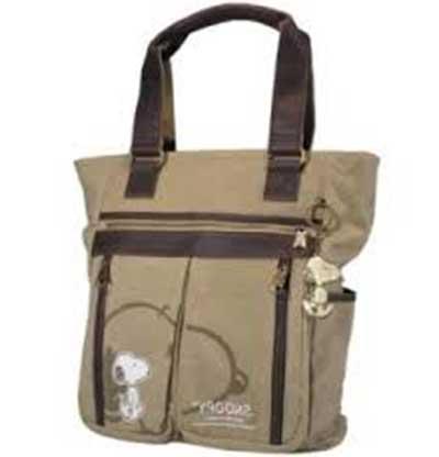 A tirinha do Penaut com o cachorro famoso se tornou tão popular que há toda  uma linha de produto. Além de bolsas Snoop dos mais diversos modelos ad75e1fce0d