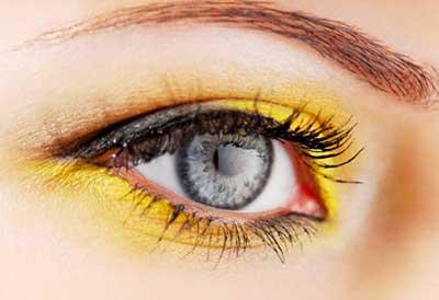 maquiagem com  olho amarelo